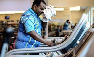 Un policier malaisien obèse fait du sport pour perdre du poids.