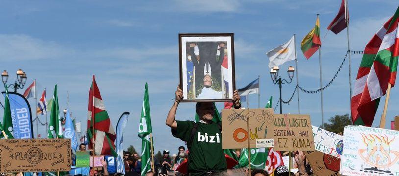 Un portrait décroché d'Emmanuel Macron lors d'une manifestation écologiste, en septembre.