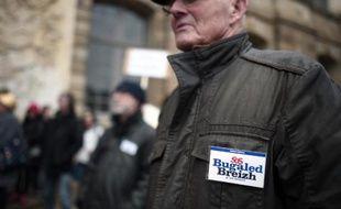 """Des membres de l'association """"SOS Bugaled Breizh"""" manifestent devant la cour d'appel de Rennes le 3 mars 2015"""