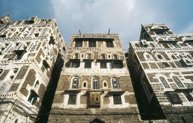 Maisons-tours typiques du Yémen avec moucharabiehs et vitres en albâtre polie.