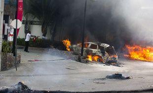 Un supermarché et divers commerces ont été pillés et plusieurs entreprises et véhicules ont été incendiés à Port-au-Prince, la capitale d'Haïti, après l'annonce par le gouvernement d'une hausse du prix du carburant.