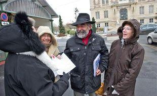 Hier matin, des militants de droite et de gauche ont tracté sur le marché de Corbeil.