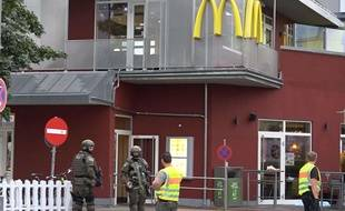 La police autour du centre commercial à Munich où a eu lieu la fusillade, le 22 juillet 2016