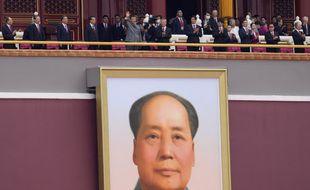 Les dignitaires chinois, dont Xi Jinping, à Pékin, au dessus de l'immense portrait officiel de Mao Zedong de la porte de Tian'anmen.