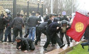 Des manifestants s'enfuient lors d'affrontements avec la police anti-émeute, à Bishkek, au Kirghizstan, le 7 avril 2010.