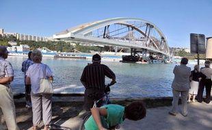 Reportée d'un mois fin juillet puis d'une journée lundi, la pose du pont Raymond-Barre a débuté mardi et devait s'achever aux premières heures de mercredi à Lyon, selon le gestionnaire des transports de la ville.