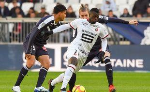 Le Rennais Mbaye Niang face aux défenseurs bordelais.