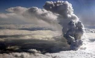 Un nuage de cendres provenant du volcan situé sur le glacier Eyjafjallajokull, au sud du pays, le 15 avril 2010.