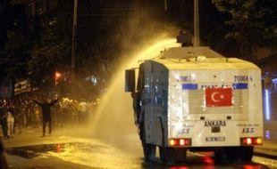 La police antiémeute turque a tiré des gaz lacrymogènes et fait usage de canons à eau dans la nuit de mardi à mercredi pour disperser plus de 2.000 manifestants antigouvernementaux à Ankara, procédant à 16 arrestations, ont rapporté les médias.