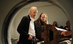 Alan Stivell et le chercheur Julian Cuvilliez, l'un des deux porteurs du projet, lors du passage de la harpe celtique au scanner.