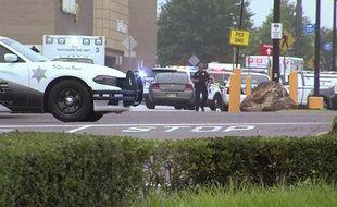Deux personnes ont été tuées et un policier a été blessé lors d'une fusillade tôt mardi dans un supermarché Walmart dans le Mississippi. (Images de WATN-TV).