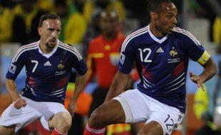 Franck Ribéry et Thierry Henry sous le maillot de l'équipe de France contre l'Afrique duSud en juin 2010 lors de la Coupe du monde.