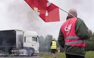 A Donges comme à Rennes, les routiers mènent des actions de blocage depuis lundi.
