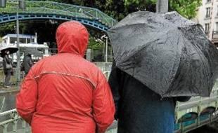 Avec les averses et les orages, les ventes de parapluies grimpent.