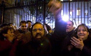 Des militants socialistes attendent l'annonce des résultats de l'élection de la première secrétaire, le 22 novembre 2008, rue de Solférino à Paris.
