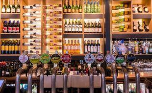 Illustration de multiples alcools dans un bar.