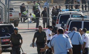 Les forces de sécurité israéliennes et les équipes d'urgence se rassemblent sur les lieux d'une attaque à l'entrée de la colonie de Har Adar en Cisjordanie, le 26 septembre 2017.AFP PHOTO / MENAHEM KAHANA