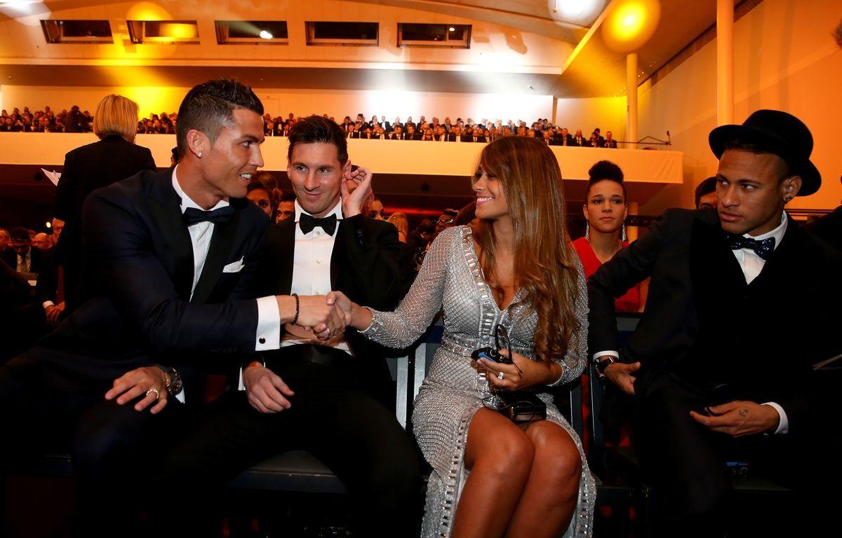 Cristiano Ronaldo, Lionel Messi et sa femme et Neymar, le 11 janvier 2016 lors de la cérémonie du Ballon d'or à Zurich. – Alexander Hassenstein/FIFA/Gettyimages