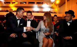 Cristiano Ronaldo, Lionel Messi et sa femme et Neymar, le 11 janvier 2016 lors de la cérémonie du Ballon d'or à Zurich.