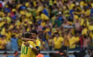 Neymar et Thiago Silva s'enlacent après la victoire contre le Chili, le 28 juin 2014, à Belo Horizonte.