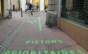 Un des itinéraires recommandé aux cyclistes dans le centre de Strasbourg vise à éviter la Grand'Rue aux nombreux piétons.