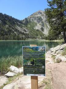 Le panneau qui indique aux randonneurs quel rocher photographier à la laquette d'Orédon.