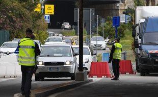 Des gendarmes effectuent des contrôles à la frontière italienne.