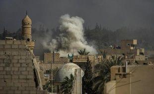 De la fumée au-dessus de la ville de Deir Ezzor, le 26 février 2013 en Syrie