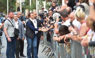 Emmanuel Macron serre des mains au Touquet ce samedi 10 juin.