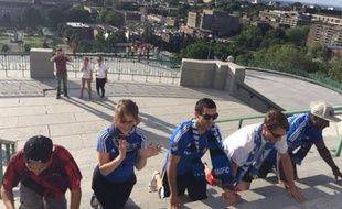 Ce supporter de l'Impact Montréal était accompagné d'amis pour gravir les marches le 4 août 2015.