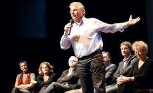 """Le Rassemblement Europe-Ecologie a été lancé lundi autour de Daniel Cohn-Bendit en vue des Européennes de juin 2009, visant à créer un """"nouvel espace politique, ouvert et indépendant"""" et à présenter un """"green deal"""", réponse globale à l'""""urgence"""" de la situation."""