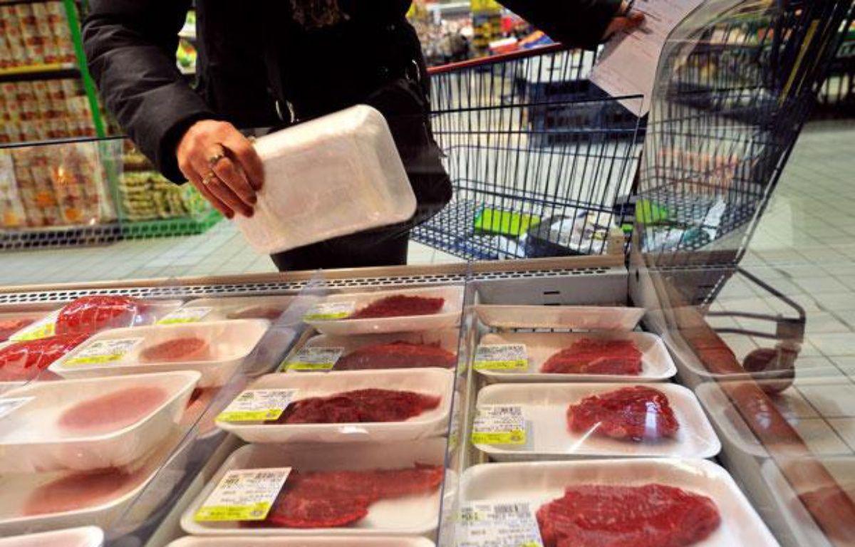 Un rayon de viande fraîche dans un supermarché d'Hazebrouck, le 15 mars 2012. – AFP PHOTO / PHILIPPE HUGUEN