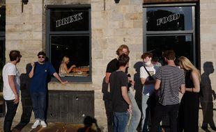 Des gens font la queue pour un repas dans un restaurant lors de la réouverture nationale de l'intérieur des restaurants, à Lille, dans le nord de la France, le mercredi 9 juin 2021.