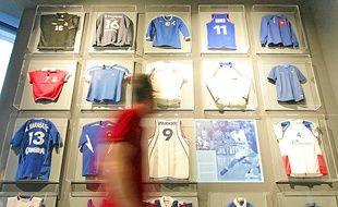 Des maillots célèbres (à g.), une collection de 28 torches olympiques (en h.) et la raquette de Noah à Roland-Garros.