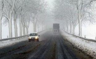 """La préfecture du Puy-de-Dôme a déclenché samedi soir le """"plan intempéries Massif central"""", des chutes de neige étant en cours dans le Cantal et en Lozère, ce qui entraîne l'interdiction aux poids-lourds de l'autoroute A75, a-t-elle annoncé dans un communiqué."""