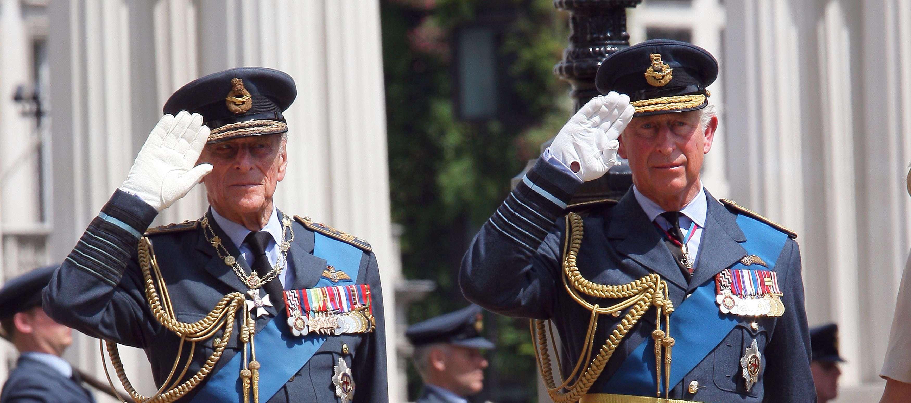 Le prince Charles et son défunt père le prince Philip en 2012.