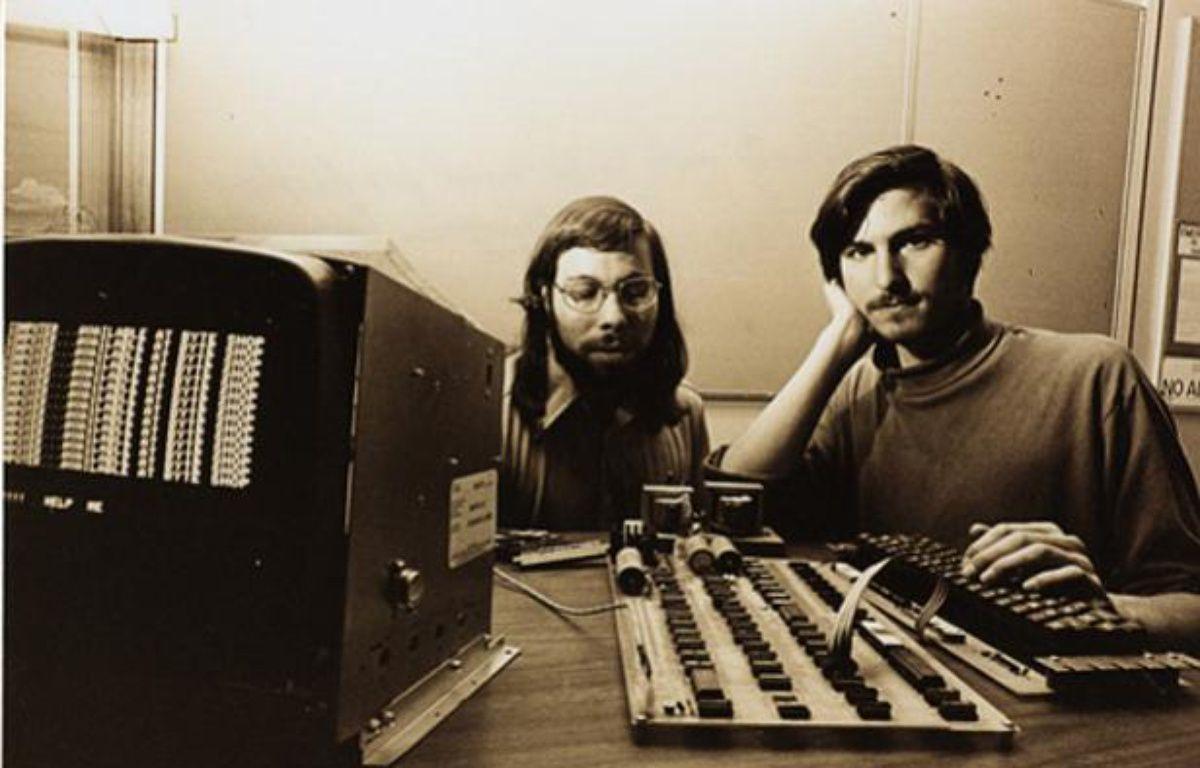 Les fondateurs d'Apple, Steve Jobs (à droite) et Steve Wozniak, devant un Apple I. – APPLE