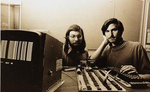 Les fondateurs d'Apple, Steve Jobs (à droite) et Steve Wozniak, devant un Apple I.