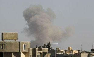 De la fumée s'échappe de Tripoli (Libye), le 14 avril 2011.