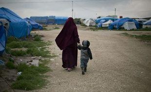 Une mère et son enfant dans le camp Roj au nord de la Syrie en mars 2019.