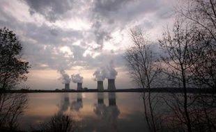 Plusieurs dizaines de mètres cube d'acide chlorhydrique se sont déversés dans le sol de la centrale nucléaire de Cattenom, puis ont été rejetées dans la Moselle du fait d'un tuyau d'évacuation manquant, a-t-on appris vendredi auprès d'EDF.