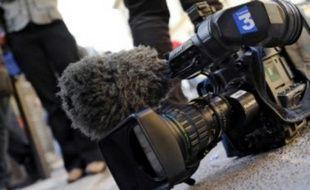 Une caméra de France 3 posée à terre