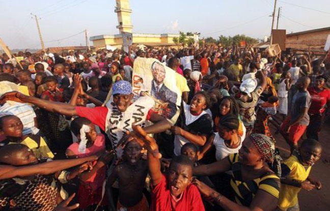 Des supporteurs d'Alassane Ouattara célèbrent la victoire de leur candidat à l'élection présidentielle ivoirienne, le 2 décembre 2010.