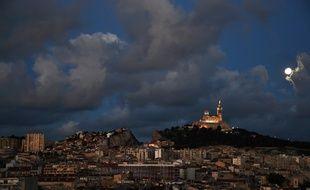 Vue générale de Marseille, avec la basilique Notre-Dame de La Garde en fond, le 30 avril 2018