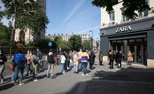 Les clients étaient nombreux à faire la queue devant certains grands magasins ce lundi 11 mai