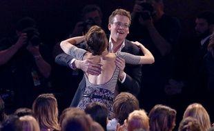 John Green dans les bras de l'actrice Shailene Woodley pour la remise du prix du film de l'année attribué à Nos Etoiles contraires aux MTV Awards 2015.