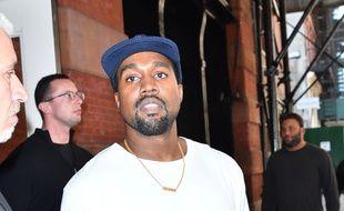 Le rappeur Kanye West quitte son hôtel de New York.