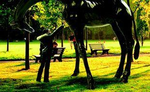 Le sculpteur Damien Colcombet souhaite créer des statues monumentales de girafes pour le zoo de Lyon.