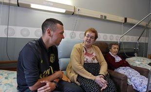 Bailleul, le 24 juin 2013. De jeunes volontaires d'Unicite sont venus tous les lundi pendant 9 mois tenir compagnie aux pensionnaires de l'Etablissement Hospitalier pour Personnes Agees Dependantes (EHPAD). Ici Christopher et Marie-Therese.