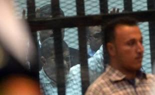 L'ancien président islamiste Mohamed Morsi lors de son procès le 21 avril 2015 au Caire